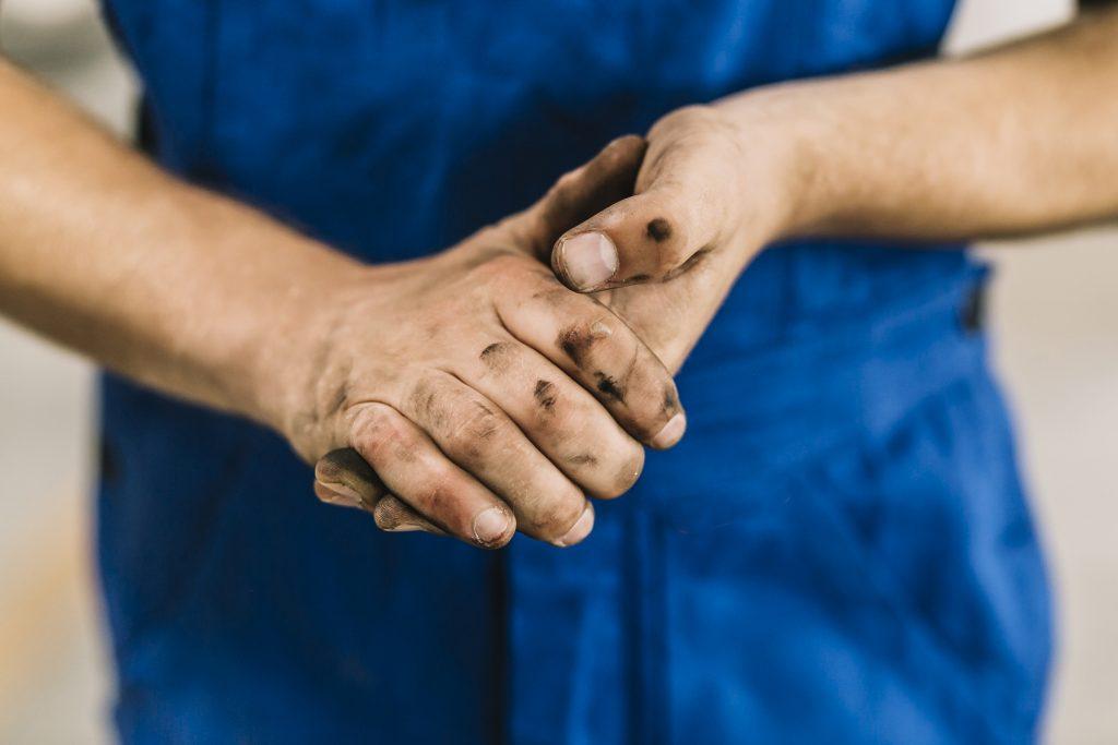 mains plein de cambouis